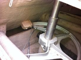 Le quadran de contrôle serré autour de la mèche du safran (tige verticale). On peut voir les câbles qui relient le tout à la roue de contrôle.