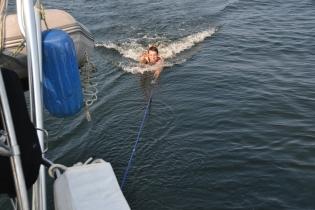 Si un bateau B voyage à une vitesse V de 6 noeuds et qu'il tire un corps C dans l'eau pesant 160 livres, quelle sera sa vitesse?