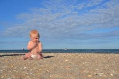 Première rencontre avec le sable pour Charles